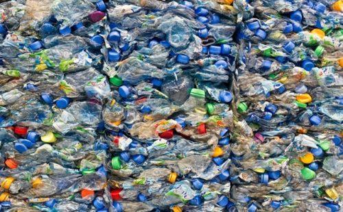 Großer Stapel alter PET-Flaschen Large stack of old plastic bott